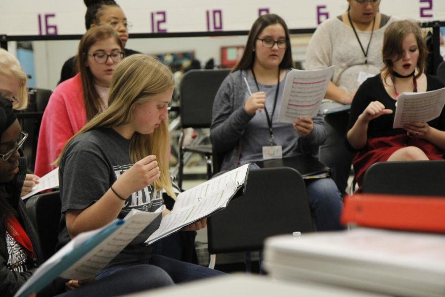 Freshman+Blaire+Bussey+reads+music+during+her+choir+class.