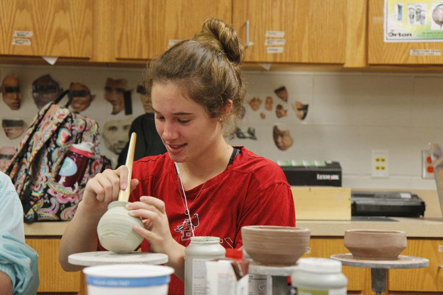 Junior+Maggie+Brutsche+works+on+her+ceramics+project+in+Art.+Brutsche+and+other+art+students+participated+in+VASE+competition%2C+and+advanced+to+state.