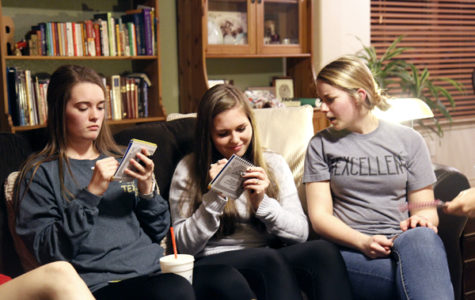 Ellie Brutsché, Jazmine Necessary and Kassidy Duncan, 12 play a game while hanging out.