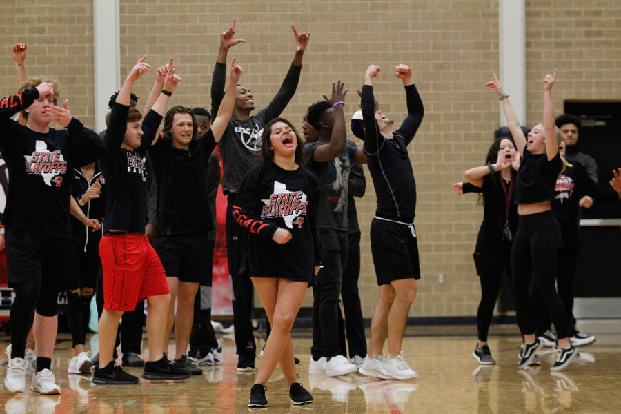 Seniors+celebrate+after+winning+in+tug-of-war+against+the+sophomores.+%28Delayne+Fierro+photo%29