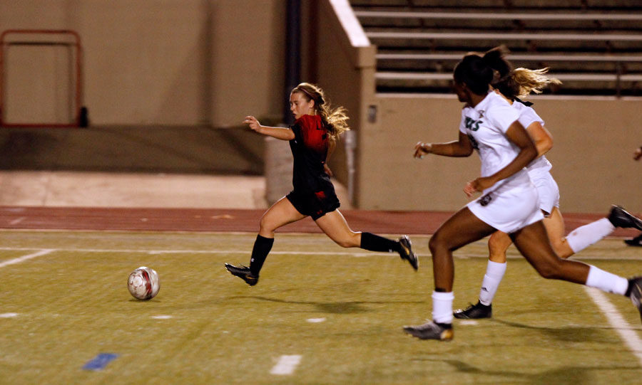 Brigid+Murray%2C+12%2C+dribbles+the+ball+toward+the+goal+in+the+playoff+game+against+Birdville.+